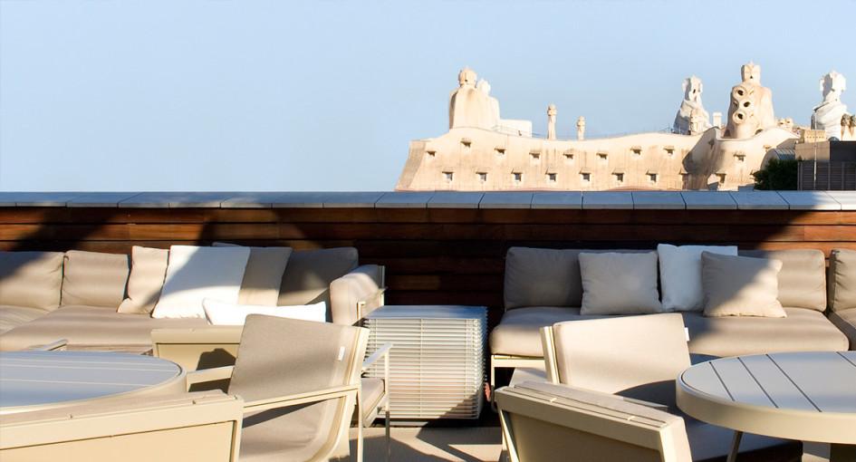 pronto llega el verano y nos encanta poder alargar las tardes tomando un cctel en las terrazas de los hoteles con encanto en este caso de barcelona