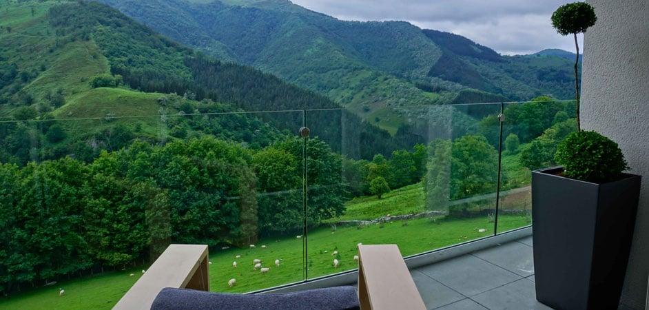 hoteles con encanto en la montaña arantza hotelea balcon