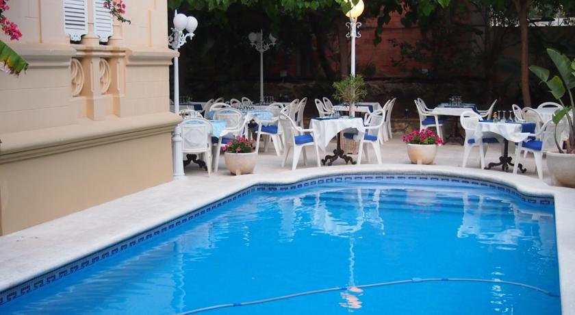 hotel con encanto en sitges el xalet piscina