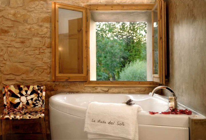 Escapada romántica cerca de Barcelona la masia del sola baño