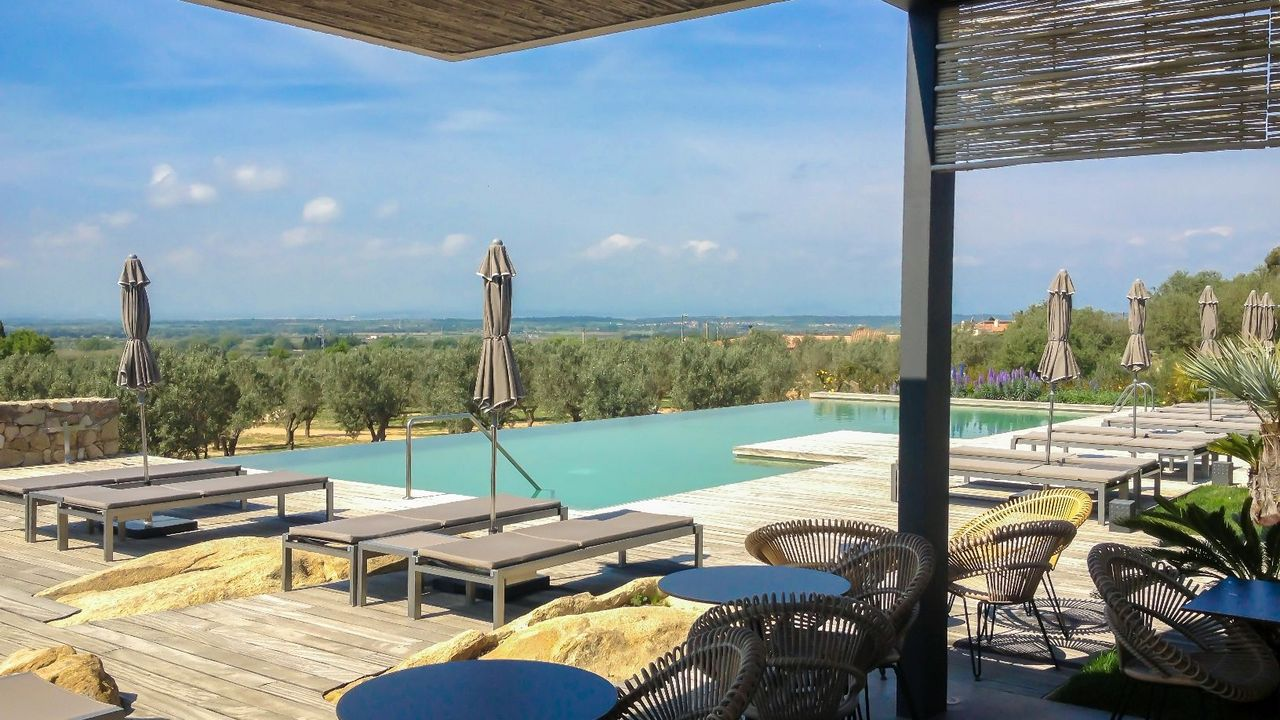 Top 10 hoteles con piscinas deluxe para disfrutar del for Hoteles en portonovo con piscina