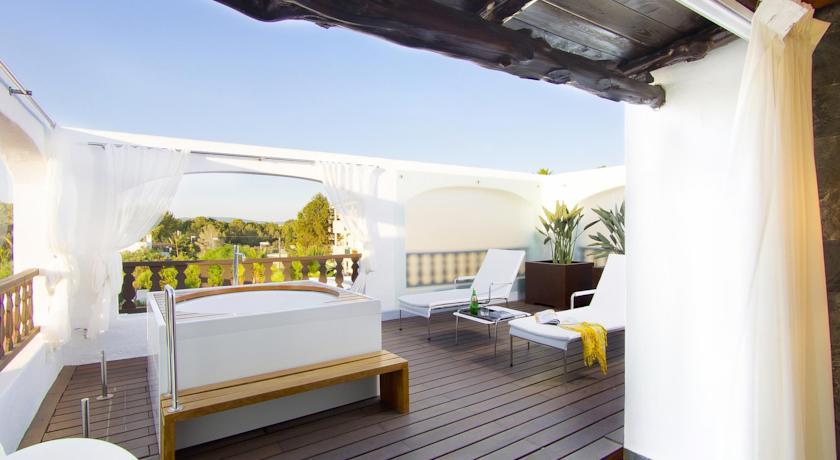 Jacuzzi exterior terraza elegant pergola madera sofa for Se vende jacuzzi exterior