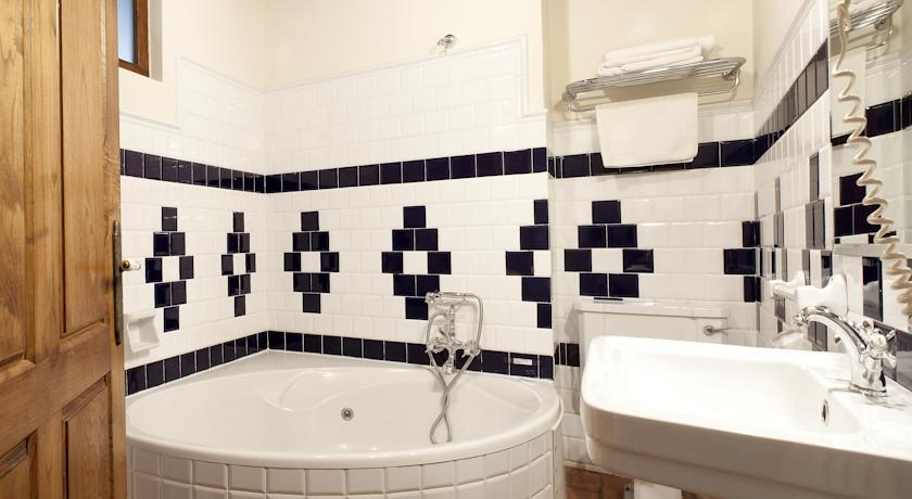 habitaciones-con-jacuzzi-y-chimenea-suites-arredondo-bano