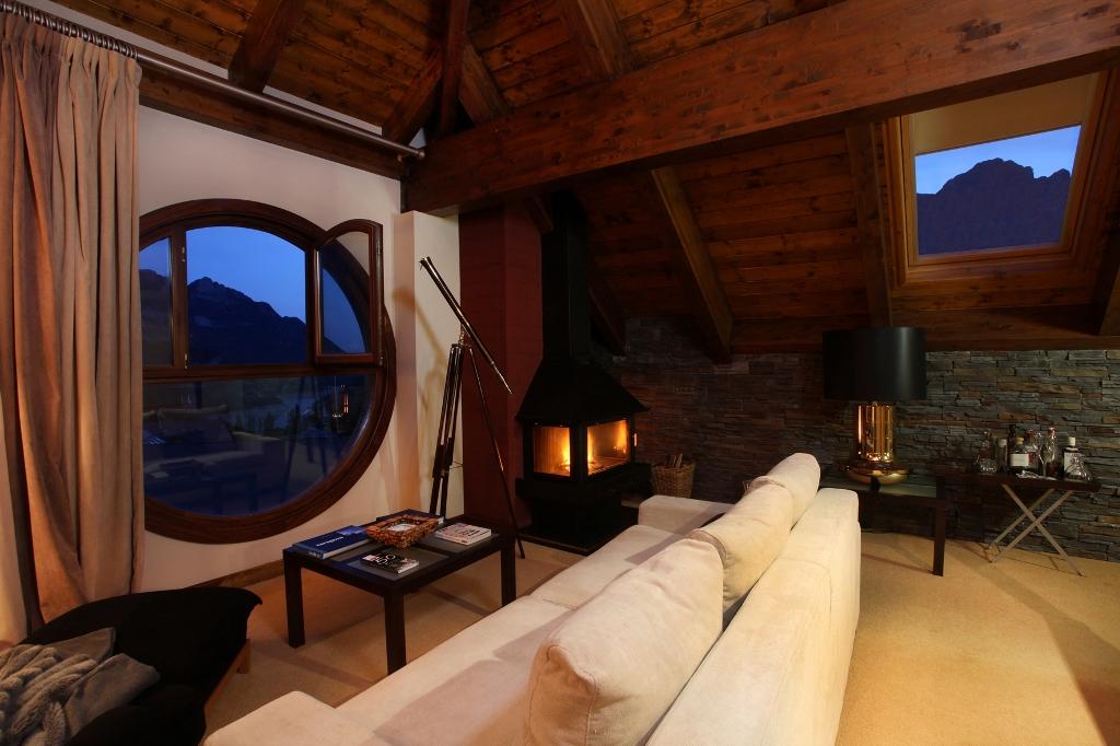habitaciones-con-jacuzzi-y-chimenea-suites-el-privilegio-salon