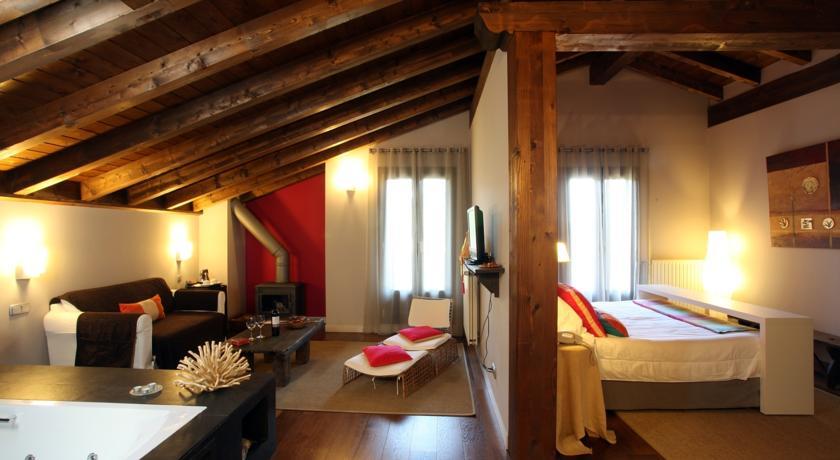 habitaciones-con-jacuzzi-y-chimenea-suites-iribarnia-cama