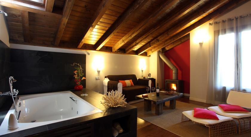habitaciones-con-jacuzzi-y-chimenea-suites-iribarnia