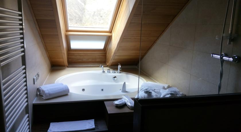 habitaciones-con-jacuzzi-y-chimenea-suites-riberies