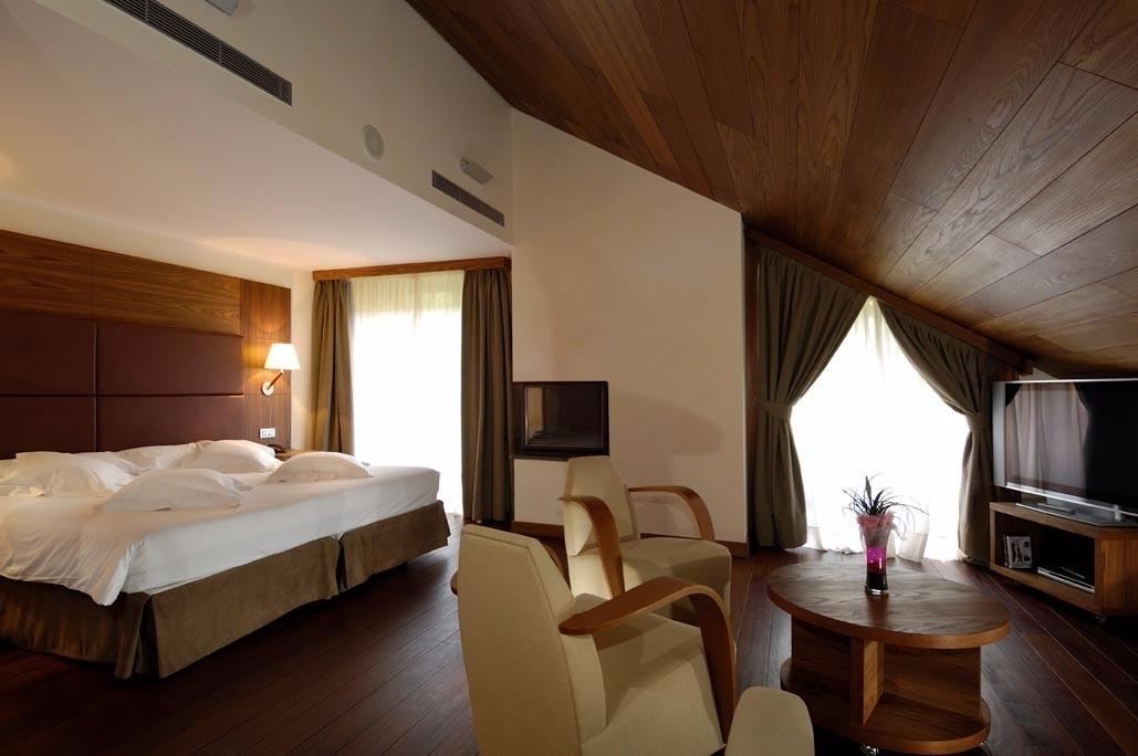 habitaciones-con-jacuzzi-y-chimenea-suites-riberies-cama