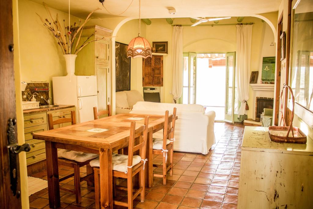 cortijo casa rural con chimenea salon