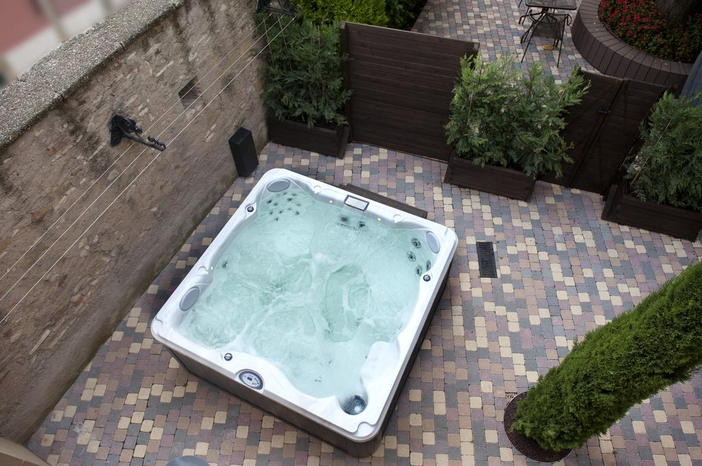 jacuzzi exterior clarisses out